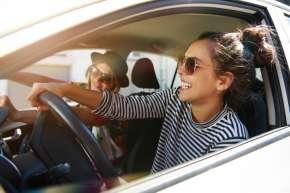 kfz-versicherung Zwei Frauen fahren Auto